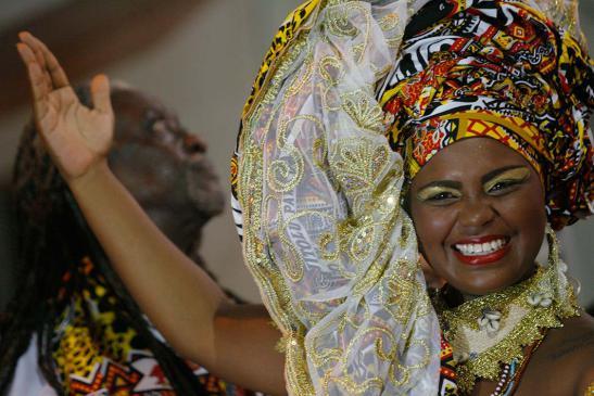mercado-afro-cresce-apesar-da-crise-econc3b4mica-cynthia-paixao-foi-deusa-do-ebano-do-ile-aiye-em-2014
